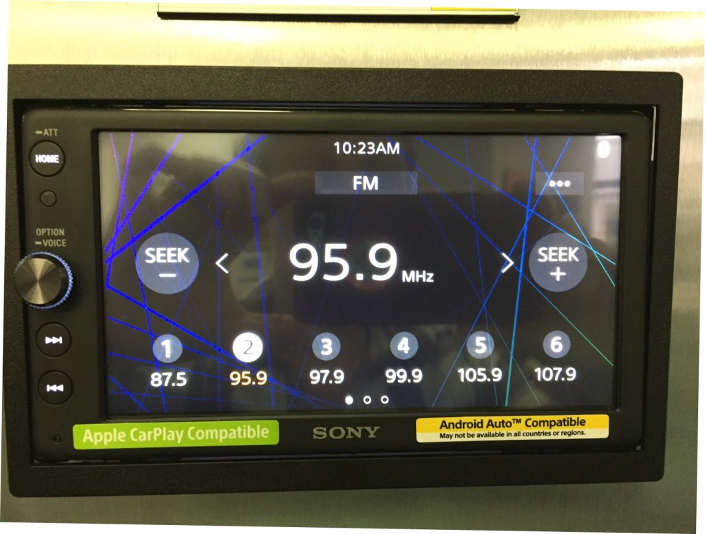 Sony XAV-AX100 Review - FM radio screen.